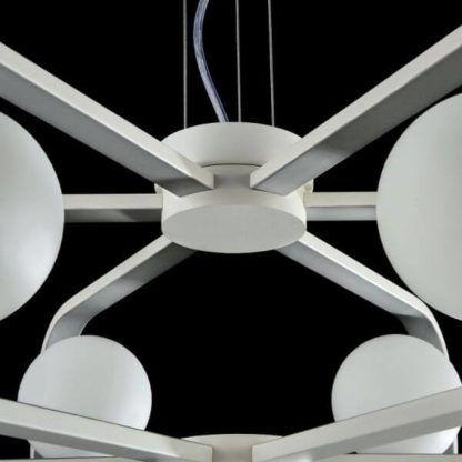biały żyrandol w nowoczesnym stylu