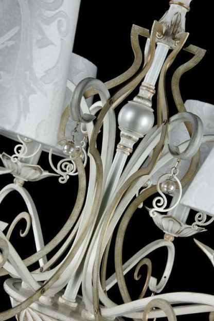 biało-złoty,klasyczny żyrandol z eleganckimi dekoracjami i niedużymi perełkami