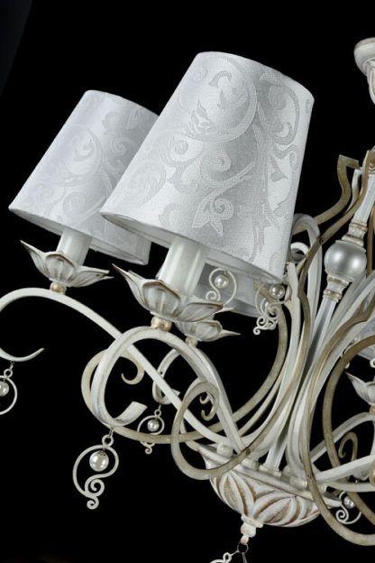 elegancki żyrandol w stylu pałacowym, białe abażury, biało-złota podstawa