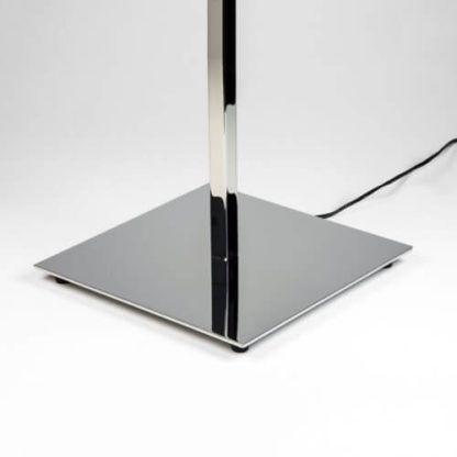 lampa stołowa ze srebrną, kwadratową podstawą