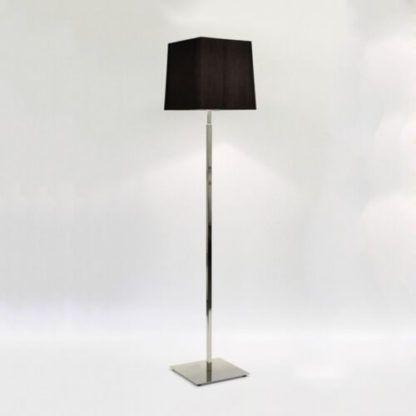 srebrna lampa podłogowa z czarnym abażurem