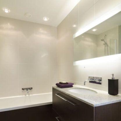 efektowne oczko sufitowe, kwadrat - aranżacja łazienka brąz beż
