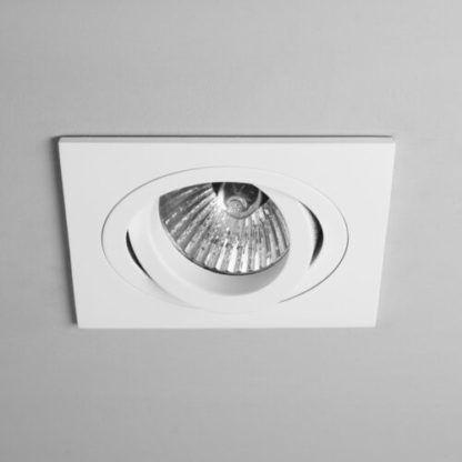 białe oczko sufitowe w kwadratowej oprawie