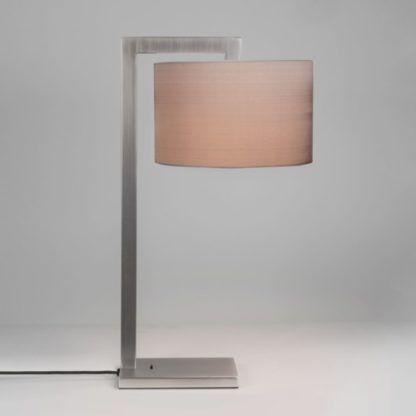 srebrna lampa stołowa w prostej formie, metalowa z abażurem