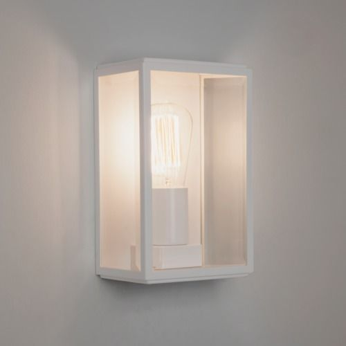 delikatny kinkiet szklany z białymi, metalowymi ściankami