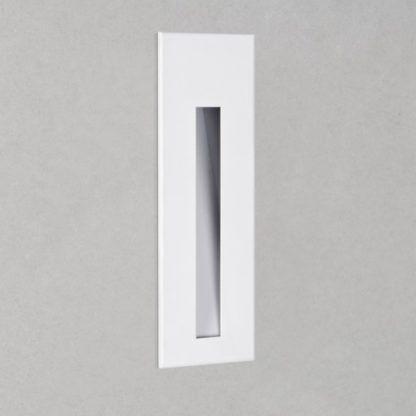 biały kinkiet wpuszczany w ścianę, nowoczesny