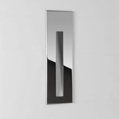 srebrny kinkiet wpuszczany w ścianę