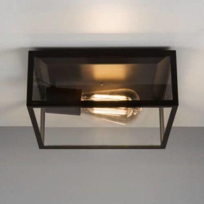 bezbarwna, szklana lampa sufitowa w kształcie wielościanu, ciemna, metalowa obramówka