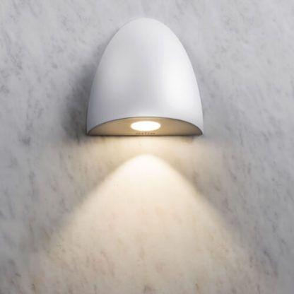 biały, nieduży kinkiet do zastosowania w kabinie prysznicowej
