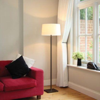 ciemna lampa podłogowa z jasnym abażurem - aranżacja salon