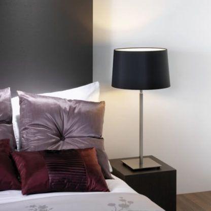 lampa stołowa srebrna, z czarnym abażurem - aranżacja sypialnia