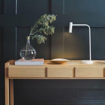 biała lampa biurkowa w stylu nowoczesnym