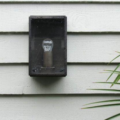 kinkiet z odsłoniętą żarówką do zamontowania na dworze - aranżacja