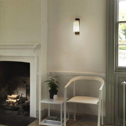 elegancki kinkiet z jasnym kloszem skierowanym w dół - aranżacja klasyczny salon