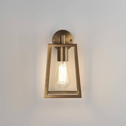 złoty kinkiet w stylu dawnego lampionu, szklane ścianki, metalowa oprawa, na tradycyjną żarówkę