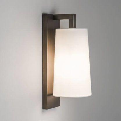 elegancki kinkiet nowoczesny, modernistyczny, brązowy z jasnym abażurem