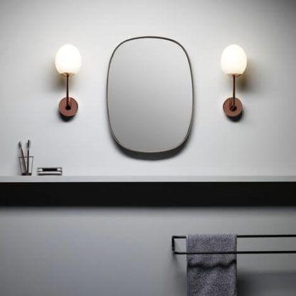 nowoczesny, miedziany kinkiet z kloszem z mlecznego szkła - aranżacja lustro w łazience