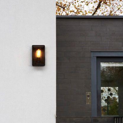 czarny kinkiet z żarówką za przezroczystym szkłem, do domu i na podwórko, odporna na wilgoć - aranżacja