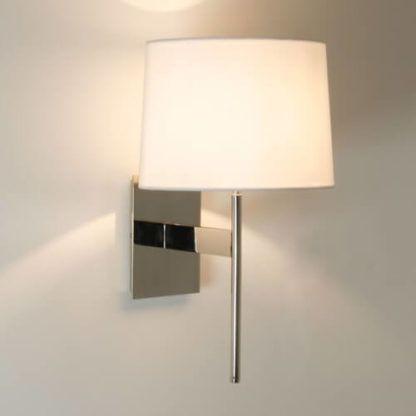 lampa ścienna, kinkiet wykończony w srebrnym połysku, z jasnym abażurem z materiału
