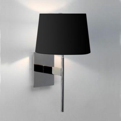 srebrna lampa ścienna z czarnym abażurem