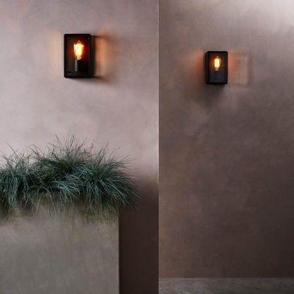 czarny kinkiet z przezroczystymi ściankami w stylu klasycznym - aranżacja przedpokój, korytarz