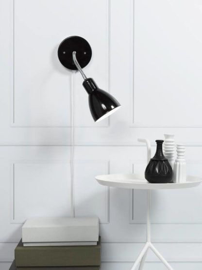 czarna lampa ścienna, kinkiet metalowy z giętkim ramieniem - aranżacja biel i czerń
