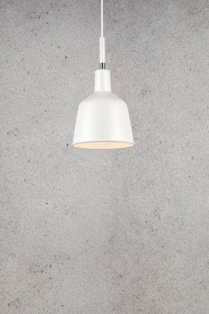 biała lampa wisząca, nieduży klosz, metalowa, scandi, industrialna