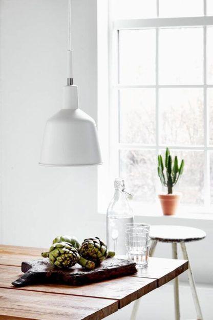 lampa wisząca na długim kablu, nieduży klosz, biała, metalowa - aranżacja drewno i biel