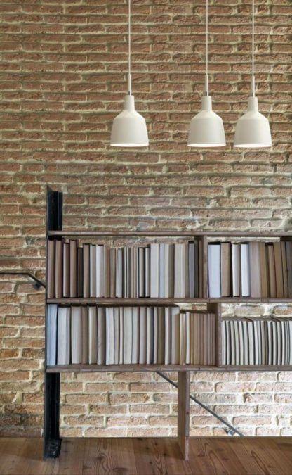 biała lampa wisząca, nieduży klosz - aranżacja biała lampa, ściana z czerwonej cegły