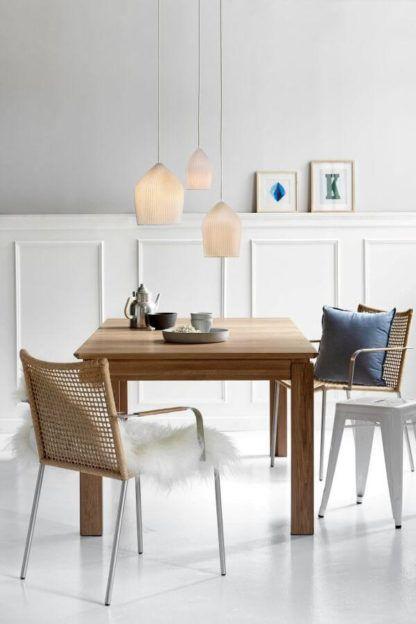 aranżacja jadalnia scandi z drewnianym stołem, lampy wiszące, jasne klosze, lampy ceramiczne, oryginalne