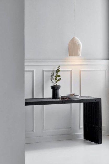 aranżacja przedpokój, lampa wisząca, jasny klosz ceramiczny
