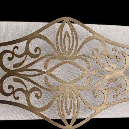 biały abażur ze złotą, metalową dekoracją