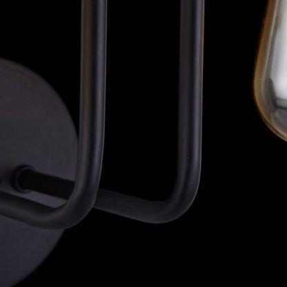 metalowy kinkiet z czarnych prętów