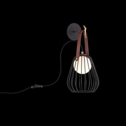 czarny kinkiet z kloszem z prętów i mleczną kulą tłumiącą światło