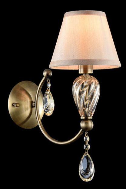 elegancki kinkiet z beżowym abażurem i szklanymi dekoracjami
