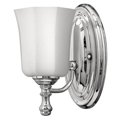 elegancki kinkiet łazienkowy z białym kloszem-kielichem, styl klasyczny