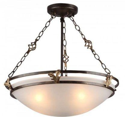 duża lampa sufitowa z mlecznym kloszem mocowanym na metalowej ramie i łańcuchach