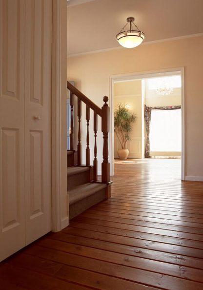 lampa sufitowa w stylu klasycznym - aranżacja drewniana podłoga oświetlenie