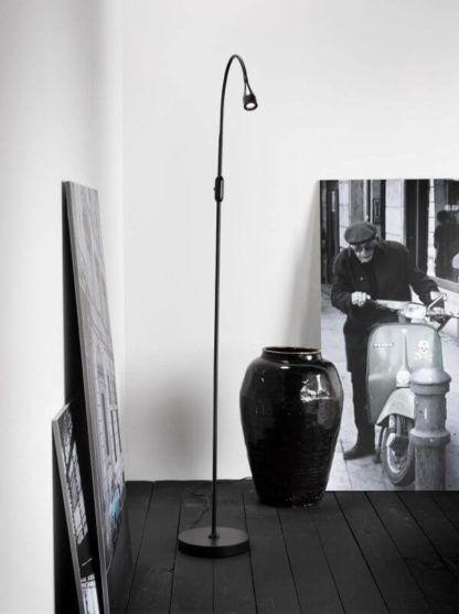 czarna lampa podłogowa, minimalistyczny design, malutki klosz - aranżacja salon, czarna podłoga