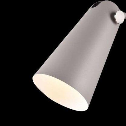 oryginalna lampa podłogowa z wydłużonym, metalowym kloszem, do czytania