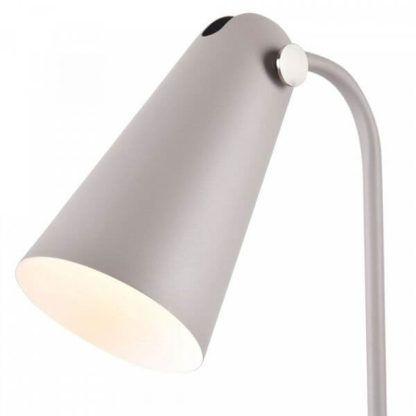 lampa podłogowa z metalowym kloszem rozszerzanym na dole, białym w środku