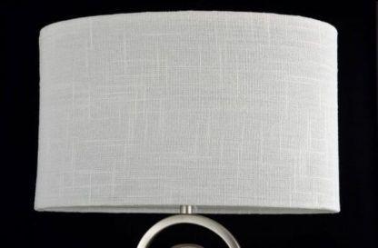 lampa stołowa z jasnym, białym abażurem