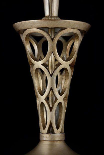 złota lampa stołowa z dekoracyjną, ażurową podstawą z metalu