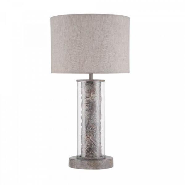 elegancka lampa stołowa z materiałowym abażurem i klasycznie zdobioną podstawą zamkniętą w szkle