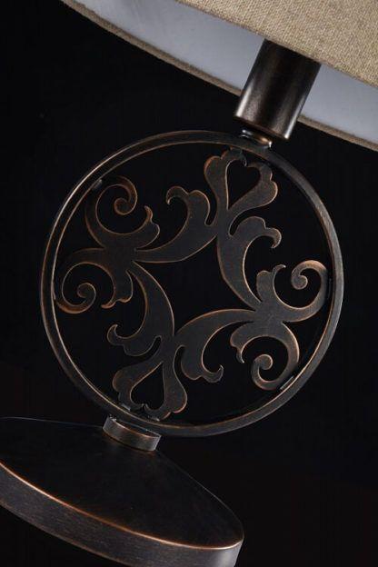 lampa stołowa z metalową, wzorzystą podstawą, rustykalny styl