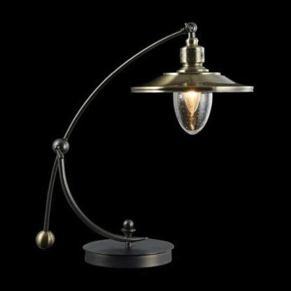 zaokrąglona lampa stołowa ze złotym kloszem