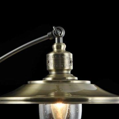 lampa stołowa retro z dekoracyjnym logo producenta