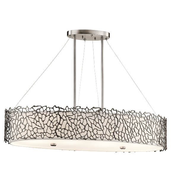owalna lampa wisząca z mlecznym dyfuzorem i dekoracyjną, metalową osłoną ażurową, styl prowansalski