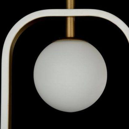 nowoczesna lampa wisząca z mleczną, szklaną kulą i minimalistyczną, biało-złotą oprawą z metalu