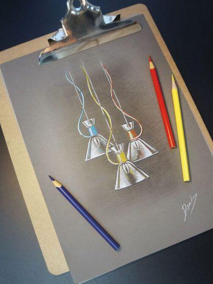 transparentne, szklane lampy wiszące z kolorowymi przewodami